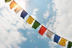Tibetana flaggor med mantra fotografering för bildbyråer