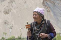 Tibetana gamla kvinnor under mystisk maskering som dansar Tsam gåta, dansar i tid av Yuru Kabgyat den buddistiska festivalen på L Arkivbild