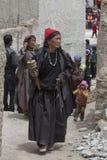 Tibetana gamla kvinnor under mystisk maskering som dansar Tsam gåta, dansar i tid av Yuru Kabgyat den buddistiska festivalen på L Fotografering för Bildbyråer