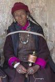 Tibetana gamla kvinnor under mystisk maskering som dansar Tsam gåta, dansar i tid av Yuru Kabgyat den buddistiska festivalen på L Royaltyfri Bild