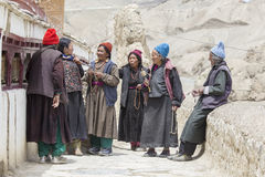Tibetana gamla kvinnor under mystisk maskering som dansar Tsam gåta, dansar i tid av Yuru Kabgyat den buddistiska festivalen på L Arkivbilder