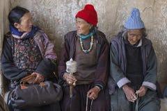 Tibetana gamla kvinnor under mystisk maskering som dansar Tsam gåta, dansar i tid av Yuru Kabgyat den buddistiska festivalen på L Royaltyfri Fotografi