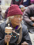 Tibetana gamla kvinnor under mystisk maskering som dansar Tsam gåta, dansar i tid av Yuru Kabgyat den buddistiska festivalen på L Royaltyfria Bilder