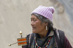 Tibetana gamla kvinnor under mystisk maskering som dansar Tsam gåta, dansar i tid av Yuru Kabgyat den buddistiska festivalen på L Arkivfoto