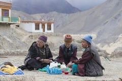 Tibetana gamla kvinnor under mystisk maskering som dansar Tsam gåta, dansar i tid av Yuru Kabgyat den buddistiska festivalen på L Royaltyfri Foto