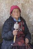 Tibetana gamla kvinnor under mystisk maskering som dansar Tsam gåta, dansar i tid av Yuru Kabgyat den buddistiska festivalen på L Arkivfoton