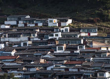 Tibetana hus på backen i morgonsolen Arkivbild