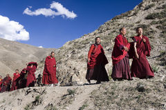 Tibetana Monks - den Ganden kloster - Tibet Fotografering för Bildbyråer