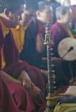 Tibetana munkar med horn och valsen på buddistisk ceremoni för Amitabha bemyndigande, meditationmontering i Ojai, CA royaltyfri fotografi