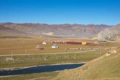 Tibetana munkar vallfärdar i Buddhafestival i Yarchen Garkloster Royaltyfria Foton