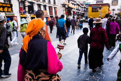 Tibetana Streetsnap nära den Jokhang templet Arkivfoton