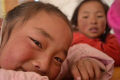 Tibetana studenter i skola i det Qinghai landskapet, Kina arkivfoton