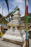 Tibetana Stupa med bönflaggor i Jiuzhaigou, Kina Royaltyfria Bilder