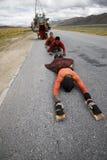 Tibetaner auf der pilgrimaging Straße Stockfotografie