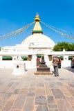 Tibetaner Boudhanath Stupa kleidet die Frau, die Geschenk gibt Stockbilder