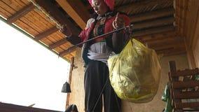 Tibetaner suchen ein Verkaufsmatsutake im Jidi-Dorf, sitzt in der Mitte des matsutake Produktionsbereichs in Shangri-La lizenzfreie stockfotos