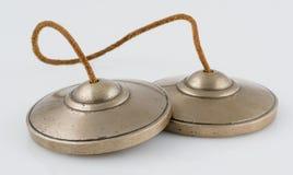 Tibetaner Tingsha-Meditation Bell auf weißem Hintergrund. Stockbild