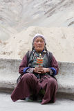 Tibetanische alte Frauen während der mystischen Maske, die Tsam-Geheimnis tanzt, tanzen in Zeit buddhistischen Festivals Yuru Kab Stockfoto