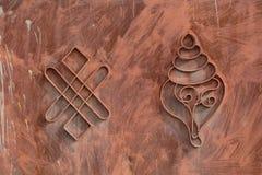 Tibetanische buddhistische Symbole auf dem Tor des Hauses in Ladakh, Indien Lizenzfreies Stockfoto