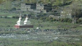 Tibetanische Dorf- und Anbetungstürme Stockbild