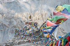 Tibetanische Gebetsflaggen auf Berg für Kulturreise Stockbild
