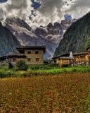 Tibetanische Häuser mit Berg im Hintergrund Lizenzfreie Stockfotografie