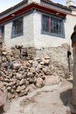 Tibetanische Häuser mit Gasse Stockfotografie