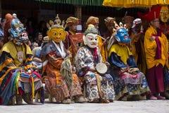 Tibetanische Lamas kleideten in mystischem Maskentanz Tsam-Geheimnis in der Zeit des buddhistischen Festivals bei Hemis Gompa, La Stockbild