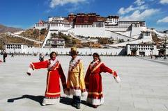 Tibetanische Leute am Potala Palast Lizenzfreie Stockfotos