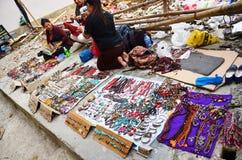Tibetanische Leute verkaufen Andenken für Reisenden neben an der Straße bei Pokhara Lizenzfreie Stockbilder