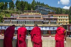 Tibetanische Mönche stehen am oberen Niveau von Rumtek-Kloster in Gangtok, Sikkim, Indien still lizenzfreies stockfoto