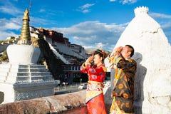 Tibetanische Paare im traditionellen Kostüm Stockfoto
