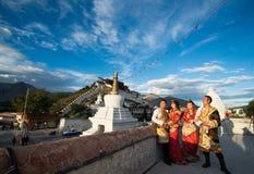 Tibetanische Paare im traditionellen Kostüm Lizenzfreies Stockbild