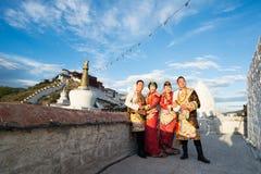 Tibetanische Paare im traditionellen Kostüm Stockbild