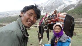 Tibetanische Paare mit ihrem Esel, Sichuan, China Lizenzfreies Stockfoto