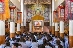 Tibetanische Schüler, die auf seine Heiligkeit die 14 Dalai Lama Tenzin Gyatso gibt Unterricht in seinem Wohnsitz in Dharmshala,  Lizenzfreies Stockfoto