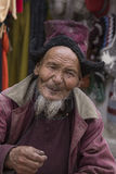 Tibetanischer alter Mann des Porträts auf der Straße in Leh, Ladakh Indien Stockbild