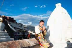 Tibetanischer Bräutigam im traditionellen Kostüm Stockfotografie