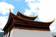 Tibetanischer buddhistischer Tempel in Zagana, ein tibetanisches Dorf umgeben durch Berge Lizenzfreie Stockfotos