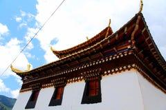 Tibetanischer buddhistischer Tempel in Zagana, ein tibetanisches Dorf umgeben durch Berge Lizenzfreie Stockbilder