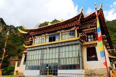 Tibetanischer buddhistischer Tempel in Zagana, ein tibetanisches Dorf umgeben durch Berge Stockfoto