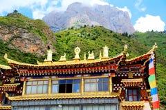 Tibetanischer buddhistischer Tempel in Zagana, ein tibetanisches Dorf umgeben durch Berge Lizenzfreie Stockfotografie