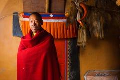 Tibetanischer Dhankar Kloster-Mönch-lächelndes Rot Stockfotografie