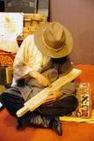Tibetanischer Handwerker, der einen sutra Druckenblock schnitzt Stockfotos