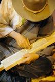 Tibetanischer Handwerker, der einen sutra Druckenblock schnitzt Lizenzfreies Stockbild