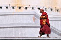 Tibetanischer Mönch geht der heilige Bodhnath-Stromkreis Stockbild