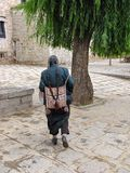 Tibetanischer Mann mit Borten in der traditionellen Kleidung gehend nahe den Seren Kloster, Lhasa, Tibet, China stockfotografie