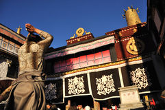 Tibetanischer Pilger, der am Jokhang-Kloster, Lahsa betet Lizenzfreies Stockfoto