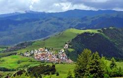 Tibetanisches Dorf in den Bergen Stockbild