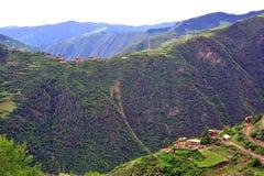 Tibetanisches Dorf in den Bergen Lizenzfreie Stockbilder